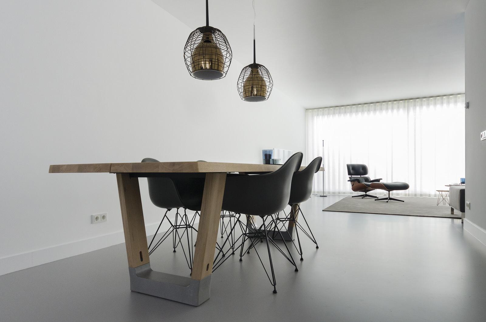 Arco Base eettafel met Vitra Eames Plastc Chair eetkamerstoelen ...