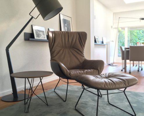 Vloerlamp Fork Terra (Diesel with Foscarini) en fauteuil Freifrau Leya met hocker