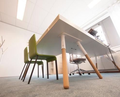 Bureautafel Spectrum Design Phil met stoelen Vitra .03