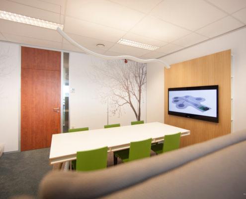 TV-wand en wandbestickering door Ploemen Interieur