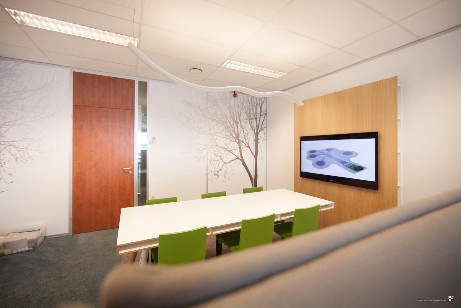 TV-wand en wandbestickering door Ploemen Interieur - Ploemen Interieur